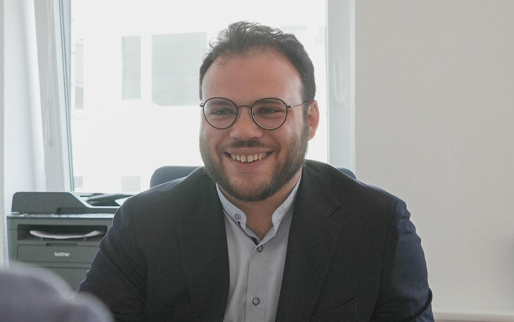 Ein Foto des lächelnden Geschäftsführers des Förde Intensivteams in Kiel